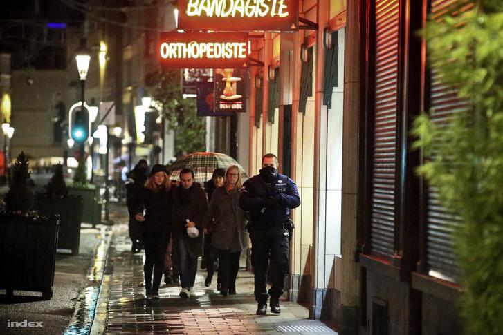 Kiürítettek egy éttermet a brüsszeli rendőrök a razzia előtt vasárnap este.