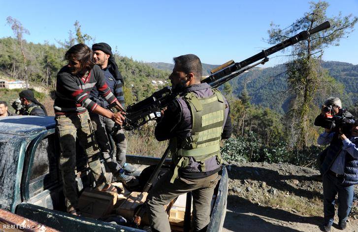 Turkomán fegyveresek azon a területen ahová a lelőtt orosz gép zuhant.
