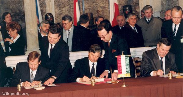 1991. február 15-én írta alá a Visegrádi Nyilatkozatot Václav Havel, a Csehszlovák Köztársaság köztársasági elnöke, Lech Wałęsa, a Lengyel Köztársaság elnöke és Antall József, a Magyar Köztársaság miniszterelnöke. 1993-ban Csehszlovákia kettészakadásával vált négytagúvá a Visegrádi Együttműködés.