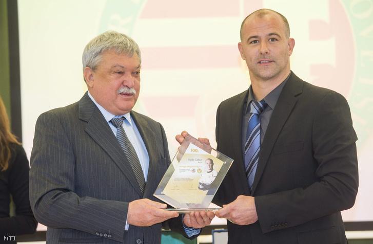Csányi Sándor a Magyar Labdarúgó Szövetség elnöke az OTP Bank elnök-vezérigazgatója (b) átadja a szövetség ajándékát Király Gábornak a magyar labdarúgás napja alkalmából rendezett ünnepségen.