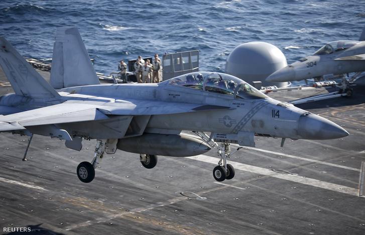 Amerikai F/A 18-as vadászbombázó a Ronald Reagan anyahajó fedélzetén