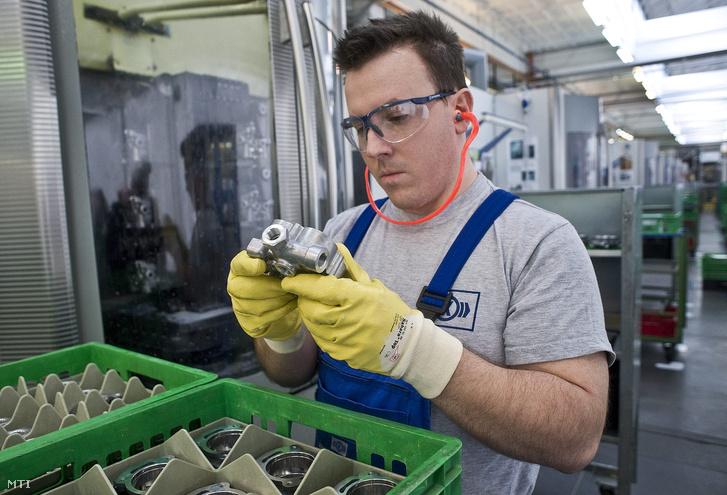 Bogdán András egy öntött aluminium alkatrész forgácsolását ellenőrzi a Knorr Bremse Fékrendszer Kft. üzemében Kecskeméten