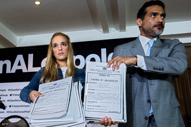 Lilian Tintori, a bebörtönzött politikus, Leopoldo López felesége, ügyvédével mutat be bizonyítékokat a nyilvánosságnak 2015. szeptemberében.