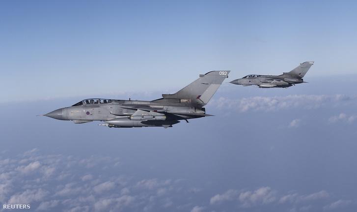 Két Tornado GR4s típusú harcirepülő éles bevetésen Ciprus felett, útban iraki missziójuk felé a Britt Védelmi Minisztérium által közreadott képen