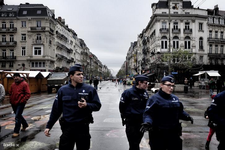 Rendőrök járőröznek Brüsszelben 2015. november 22-én.