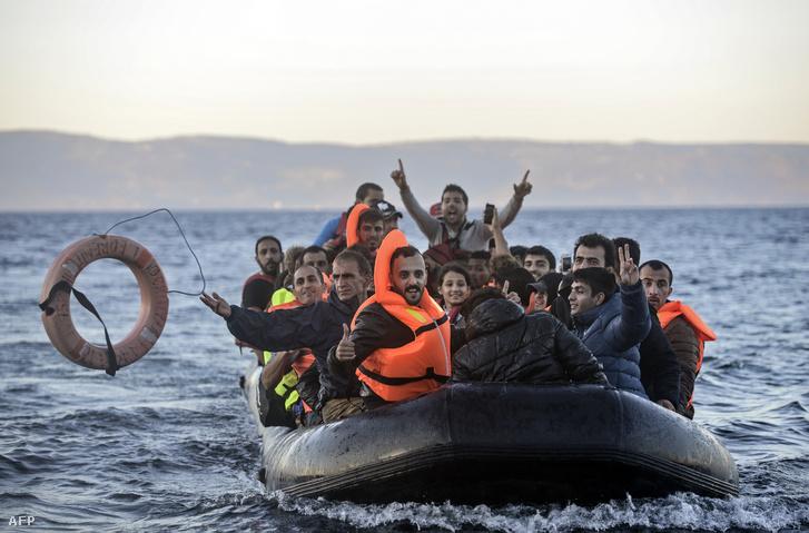 Menekültek érkeznek az Égei-tengeren Leszbosz szigetére 2015. november 12-én.