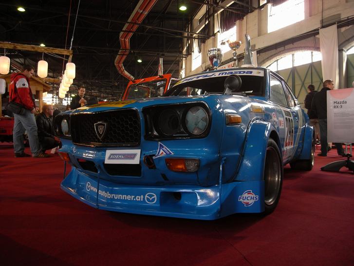 Standunk sztárja, a negyven éves, és harmincöt éve versenyző, 250 lóerős Mazda RX-3