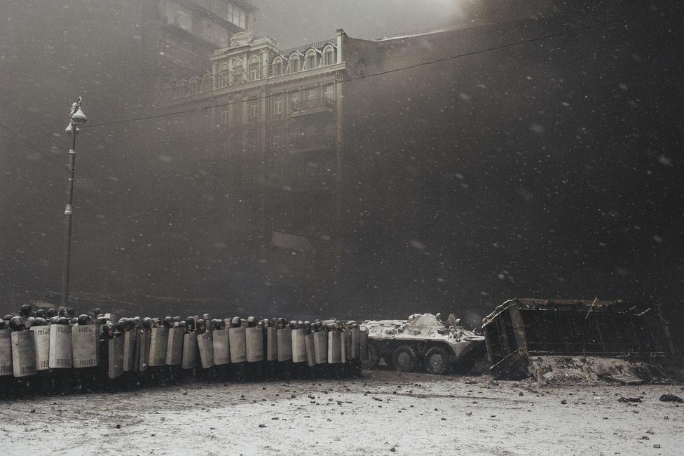 Rendőri falanx. Ez volt az első nap, amikor az összecsapások közvetlenül halálos áldozatokkal jártak. Innen már lefelé vezet Janukovics útja. Egy hónap múlva már hiába egyezik ki az ellenzékkel és engedi szabadon Julia Timosenko egykori kormányfőt és a 2010-es választásokon Janukovics fő ellenfelét. A politikusnőt azért ítélték el, mert a bíróság szerint az Ukrajnának hátrányos 2009-es orosz-ukrán gázszerződést Timosenko hatáskörének túllépésével írta alá.