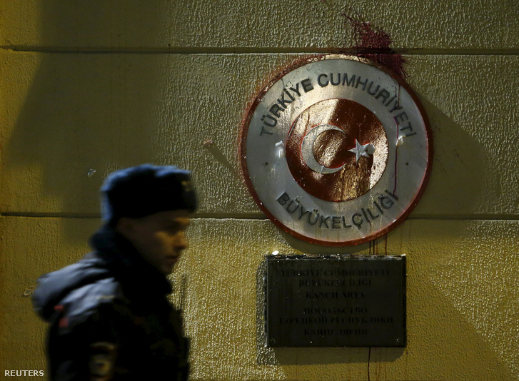 Az orosz gép lelövése után tüntetők megrongálták a török nagykövetség moszkvai épületét.