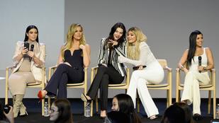 Létezik giccsesebb a Kardashianok ünnepi asztalánál?
