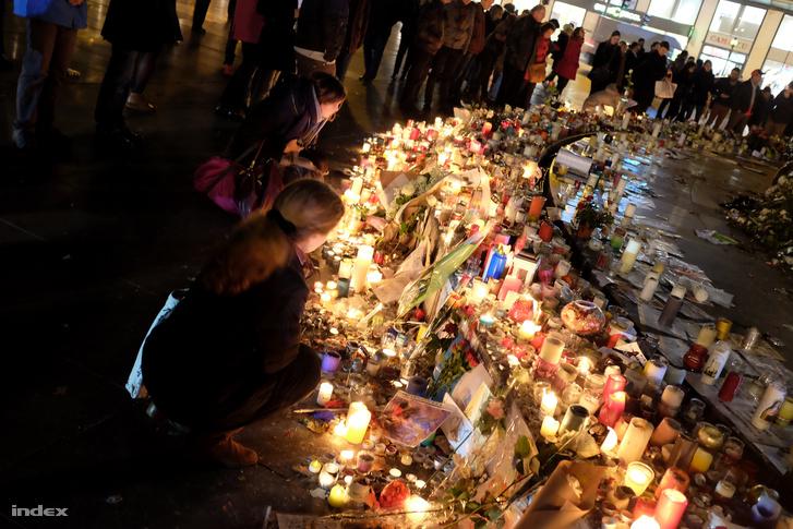 A merényletsorozat áldozatainak emlékére gyújtott mécsesek egy párizsi téren