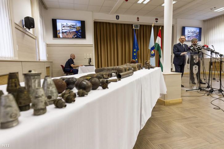 A sajtótájékoztatón a TEK bemutatott egy hosszú asztalnyi robbanószert és töltényt, de mint jelezték, ezeknek semmi közük a mostani akciókhoz, csak általános szemléltetőeszközök.