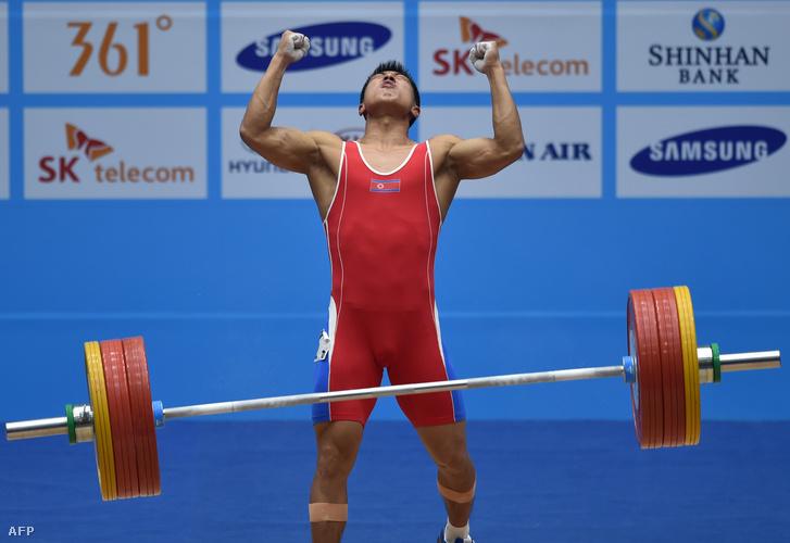Kim Mjonghjok a 2014-es Ázsia-játékok 69 kg-os súlyemelő-versenyén