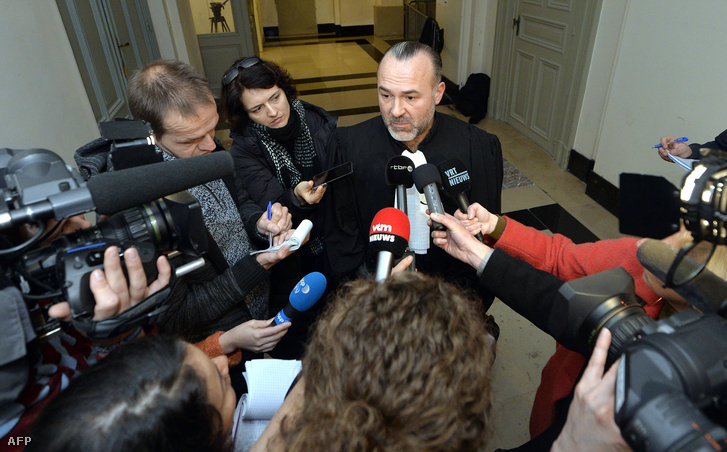 Olivier Martins, Ali Oulkadi ügyvédje beszél a sajtóval a brüsszeli törvényszéken, 2015. október 27-én.