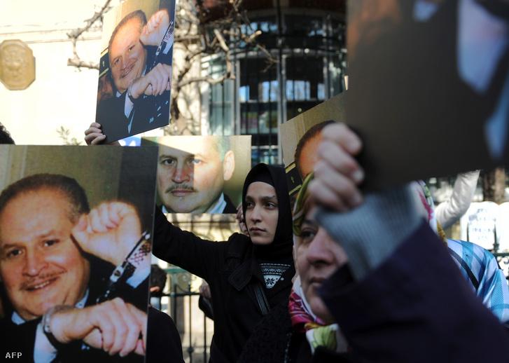 Turkish muslims hold pictures of Venezuelan convicted terrorist Ilich Török muszlimok Ilich Ramirez Sanchez, azaz Carlos, a sakál szabadon engedéséért tüntetnek az isztambuli francia követség előtt 2011. február 10-én.