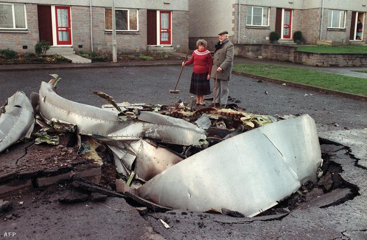 A Lockerbie felett felrobbantott Pan Am 103 járatának roncsai a skóciai kisváros egyik utcáján, 1988. december 22-én.