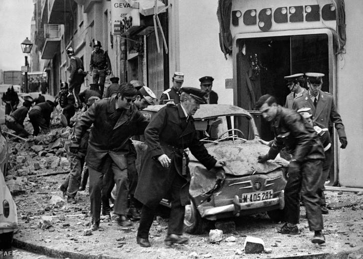 Rendőrök helyszínelnek Luis Carrero Blanco spanyol miniszterelnök autójának maradványainál a robbantás után, 1973. december 20-án.