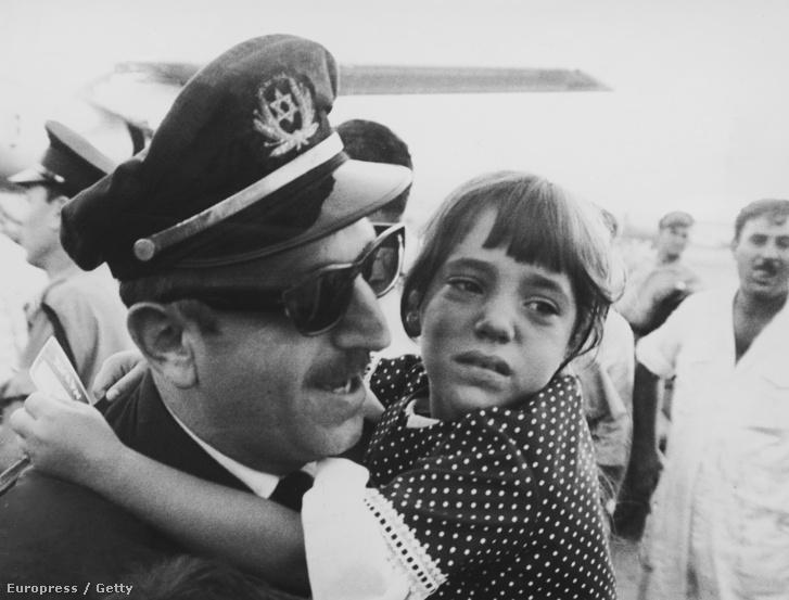 Yona Lichtman az El Al légitársaság egyik pilótája kiszabadulása után találkozik a lányával Lod reptéren, Tel Avivban.1968 júliusában a Palesztin Népi Felszabadítási Front tagjai az izraeli El Al légitársaság 707-es járatát Rómából Alégriába térítették el.