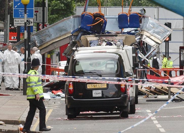 Rendőrségi helyszínelő a felrobbantott emeletes busz maradványainál a londoni Tavistock téren, 2005. július 8-án.
