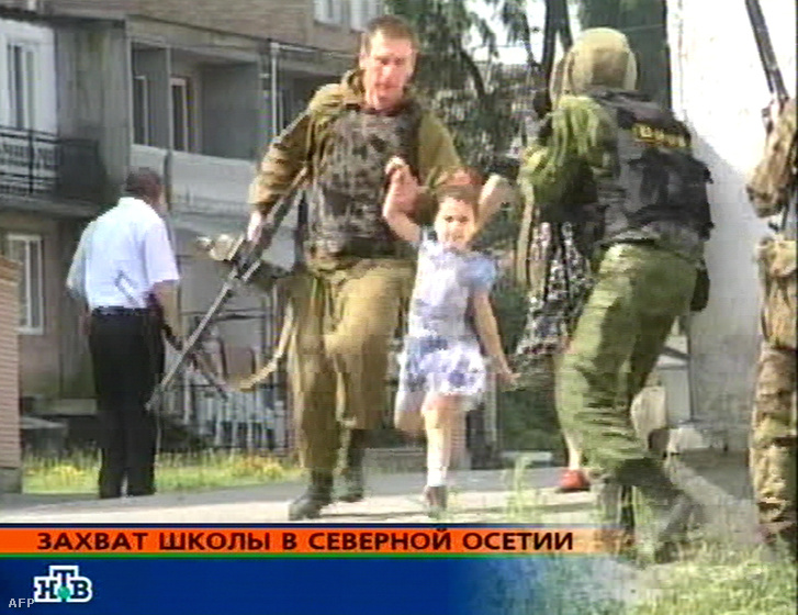 Az orosz rendőrség speciális alakulata evakuál egy kislányt az észak-oszétiai Beszlán 1. számú iskolájából, ahol csecsen és ingus terroristák túszokat ejtettek és elbarikádozták magukat 2004. szeptember 1-én.