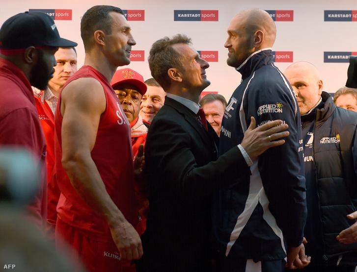 Klicsko és Fury a mérlegelésen 2015. november 27-én.