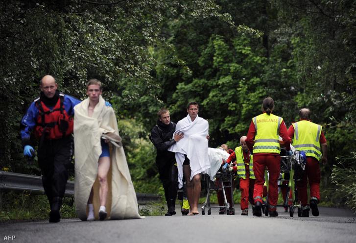 A norvég rendőrség tagjai túlélőket evakuálnak Utoya szigetéről 2011. július 23-án.