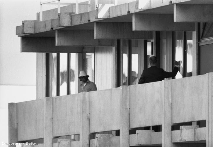 Rendőr tárgyal az izraeli sportolókat túszul ejtő egyik terroristával a müncheni olimpiai faluban, 1972. szeptember 5-én.
