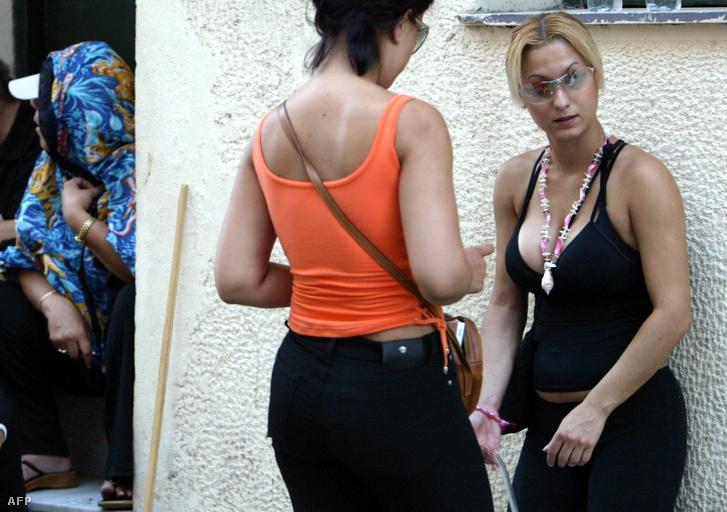 Prostituáltak egy athéni bordély előtti tüntetésen