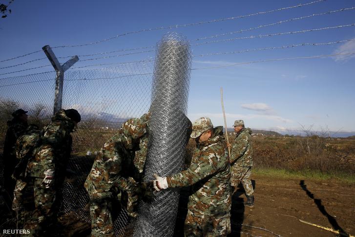 Macedón katonák drótkerítést építenek a görög-macedón határon, Idomeni közelében, 2015. november 28-án.