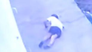 Sokkoló videó: a második emeletről zuhant ki egy óvodás