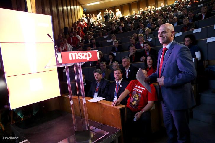 Tóbiás József pártelnök készül beszédet tartani a Magyar Szocialista Párt 2015. évi kongresszusán, 2015. november 28-án.