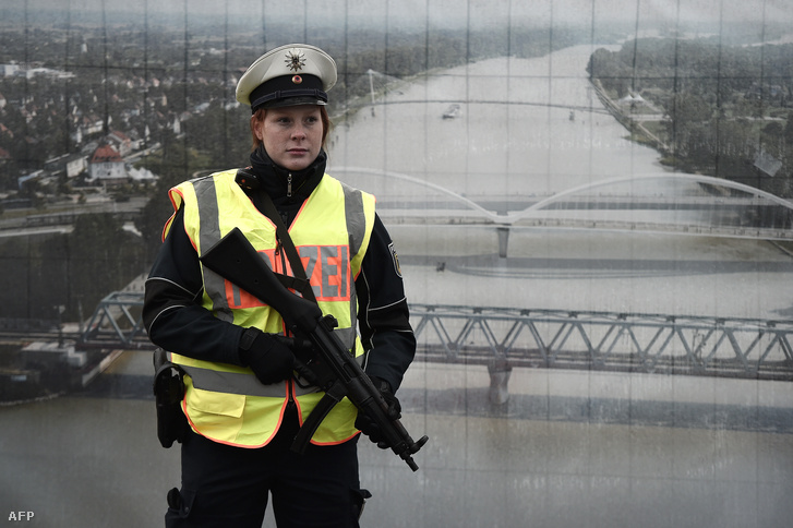 Egy német rendőr járőrözik a Rajna partján a francia-német határon, 2015. november 28-án.