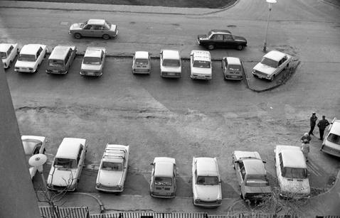 Parkoló a Pálos utcában, valamikor 1983 táján. Jobbra lent az egyéves Sunny