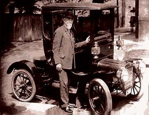 Kevesen tudják, hogy Leland a Cadillac márka egyik alapítója is - itt épp egy korai Cadillac előtt pózol