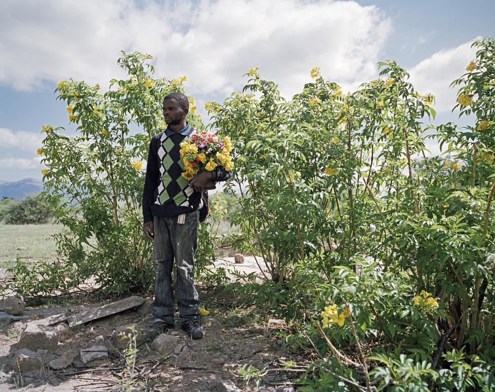 A férfi, akit Jonas Mookának hívnak, a régen virágzó városka, Ga-Pila romjain áll. A helyi platinabánya terjeszkedése miatt 13 ezer lakója költözésre kényszerült. Jonas állatokat legeltetett, amíg tehette, de mostanra a környék szemétteleppé változott. A fotósnak egy másik pásztor, Malose Mabela azt mondta: megtanulták már, hogy a bánya csak akkor áll szóba velük, ha ki akarja tenni a szűrűket. A bánya 1996-ban kezdett tárgyalni a költözésről. 35 helybéli család nemet mondott. Az ő sorsuk az lett, hogy gyakorlatilag egy szellemvárosban élhettek tovább elektromosság, víz, iskola és kórház nélkül. Ez volt a büntetés: a szembeszegülés előtt ez mind elérhető volt a városkában. Csak 2011-re sikerült kiharcolni, hogy az áramot újra bevezessék.