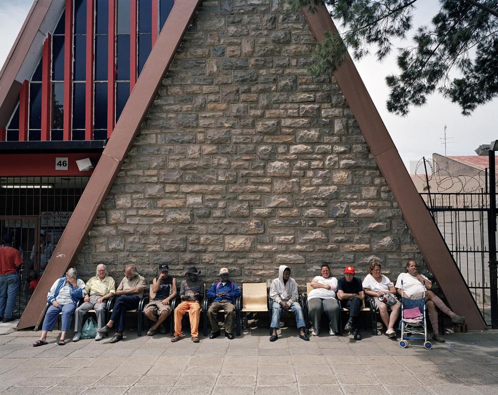 Krugersdorp valaha bányászváros volt. Így fest, mióta bezárt a bánya. Az emberek ételosztásra várakoznak.