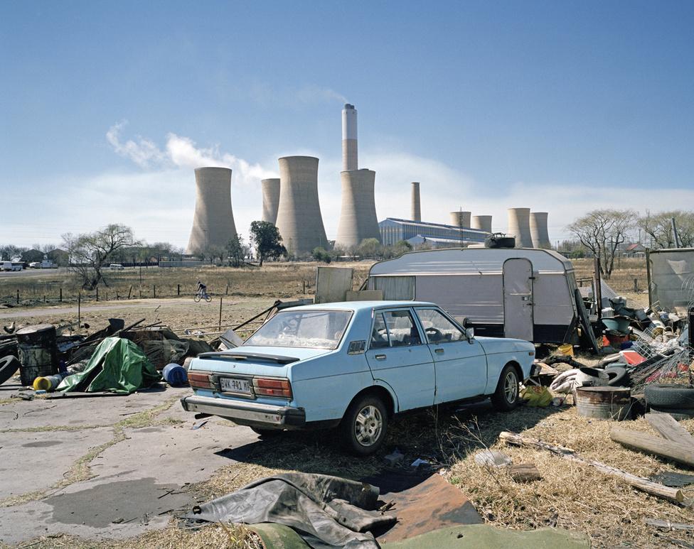 A Legacy of the Mine című képsorozatot 2011  és 2013 között készítette a johannesburgi születésű, Londonban tanult fotós, Ilan Godfrey. Azt szerette volna megmutatni, mit hagy maga után Dél-Afrikában a bányaipar, ami Afrikában sehol másutt nem tapasztalt gazdasági fejlődést hozott az országnak. Ez itt egy szenet égető erőmű Mpumalanga tartományban. A világon kevés helyen szennyezett annyira a levegő, mint errefelé. A kibányászott jó minőségű szenet exportálják. A rosszabb minőségűt Dél-Afrikában, az olyan erőművekben égetik el, mint ez itt.