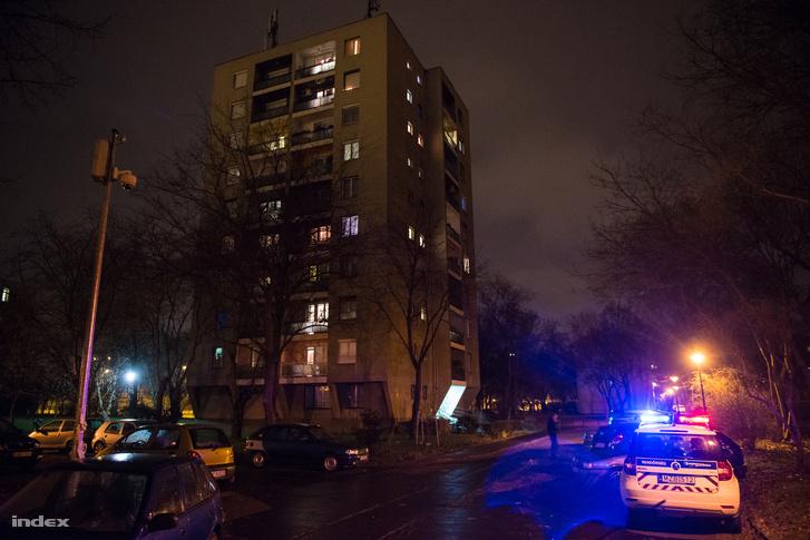 Ebben a társasházban történhetett az akció, 3 rendőr állt előtte, de a lakókat már visszaengedték az épületbe.