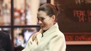 Anne Hathaway kabátja biztos azért ilyen nagy, mert takargatja a hasát