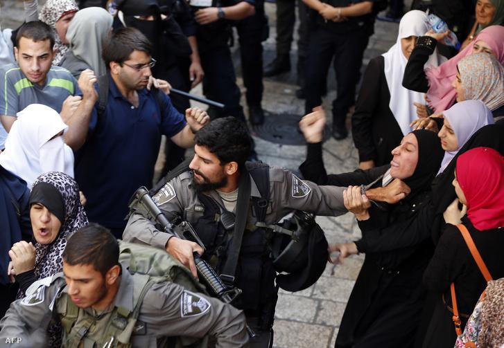 Izraeli rendőrök és palesztin tüntetők feszülnek egymásnak 2015. júliusában Jeruzsálembe.