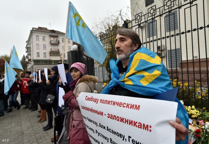 Krím-i tatár aktivisták tüntetnek a kijevi orosz nagykövetség előtt, 2015. november 6-án.
