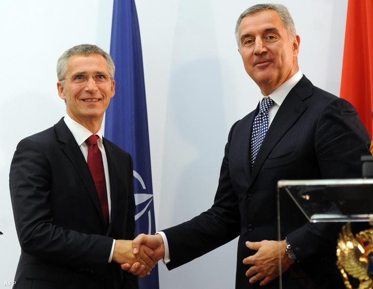 Jens Stoltenberg NATO főtitkár és Milo Djukanovic montenegrói miniszterelnök Podgoricában október 15-én