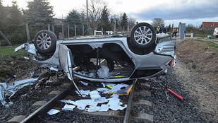 Elütött egy vonat egy autót, az utas meghalt