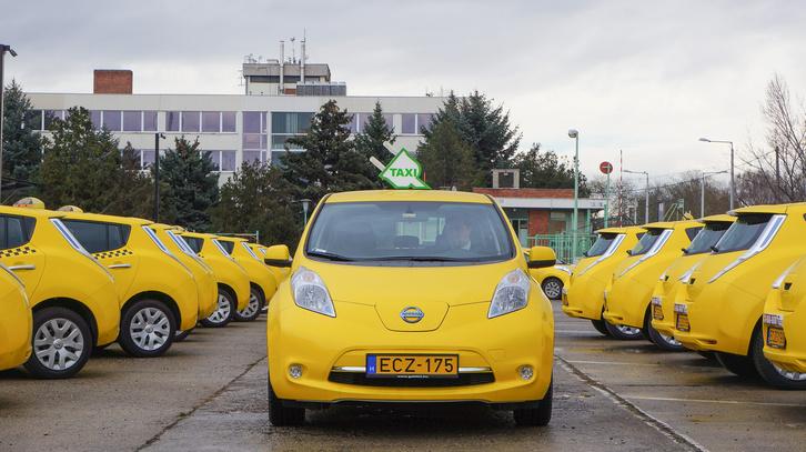 Negyven Nissan Leafjük már van, az autók zömét már taxivá is alakították