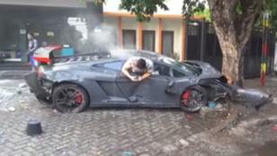 Telefonálva kászálódott ki összetört Lamborghinijéből