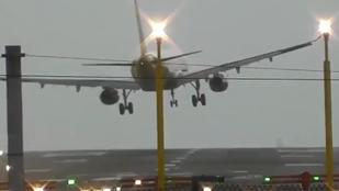Így néz ki, ha a szél miatt nem tud landolni egy utasszállító