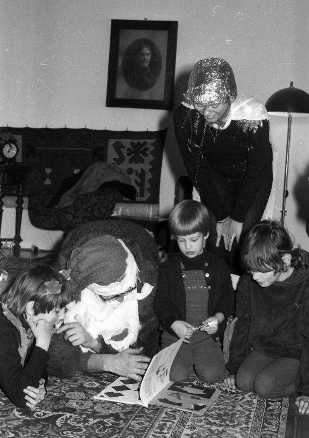 Alufólia fejfedőben, felgirlandosítva Szollár Zsuzsa krampusz-tündér. A képeket Jávor István készítette, aki a trabantszánján elkísérte a Mikulást és társát az egyik évben.