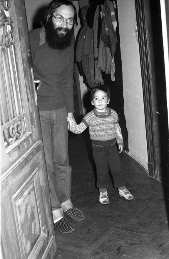 """Itt éppen Tamás Gáspár Miklóséknál nyitnak a Mikulásnak ajtót, egy következő képen Kis Jánosékhoz érkezik. Nem teljesen véletlenül: ez a közeg a később sokszor """"demokratikus ellenzékként"""" emlegetett, nagyrészt baráti és mindenféle egyéb - szerelmi, bulis, szellemi és időnként konspiratív - kapcsolatokon alapuló fiatalembereké, a nyolcvanas évek elejére már részben apukává és anyukává lett értelmiségieké."""