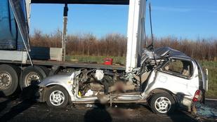Kamion borotválta le az autója tetejét, meghalt a sofőr