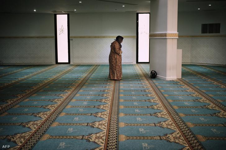 Egy elhunyt francia katona anyja imádkozik a Nagy Mecsetben Lyonban, 2013. március 18-án.